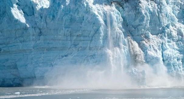 Scientists capture Greenland glacier breaking